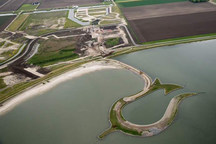 In de Zeewolderdijk naast het Wolderwijd worden een keersluis en een schutsluis gerealiseerd, die de verbinding maken met de nieuwe wijk Havenkwartier en met de vaarroute Blauwe Diamant.