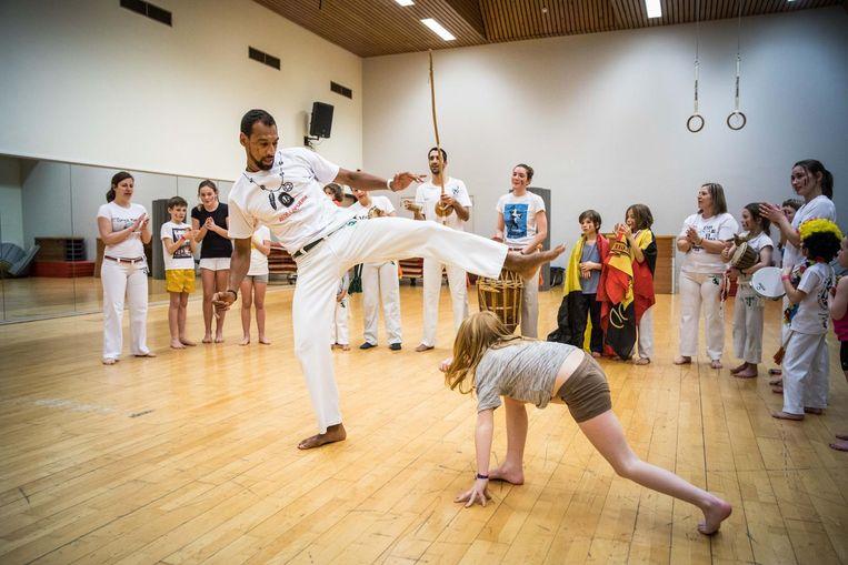 Capoeira-leraar Baidy Diop toont zijn kunstjes aan zijn leerlingen van Ginga Mundo in Gent.