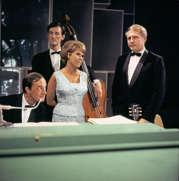 Trio Pim Jacobs: Pim Jacobs (piano), Ruud Jacobs (bas), Wim Overgaauw (gitarist), met zangeres Rita Reys in 1966. Beeld anp