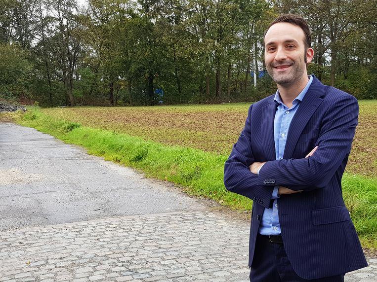 Schepen Bart Dewandeleer bij de betonnen weg die omgevormd zal worden tot landbouwgrond na de deal met Colruyt.
