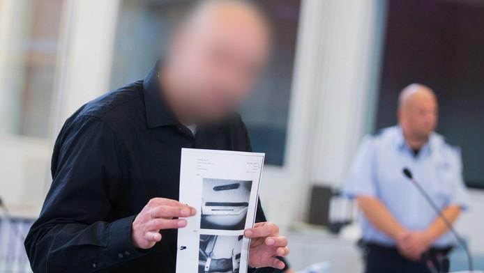 Dader frank S. laat tijdens de rechtszaak foto's zien van zijn mes