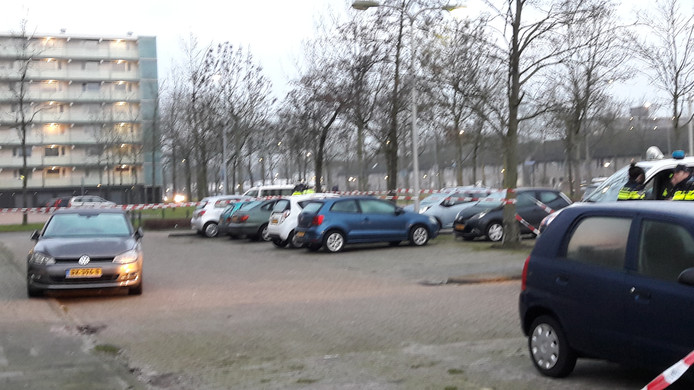 De auto waarin de vuurwapens werden aangetroffen.
