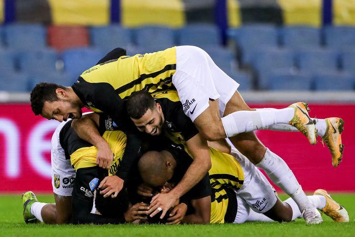 Danilho Doekhi viert zijn goal.