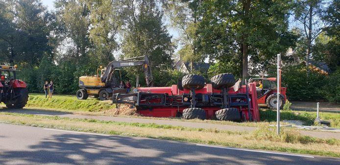 Tractor verliest lading uien na botsing met auto in Lieshout.
