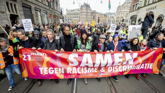 Demonstranten spreken zich uit tegen racisme op de jaarlijkse anti-racismedemonstratie in Amsterdam.