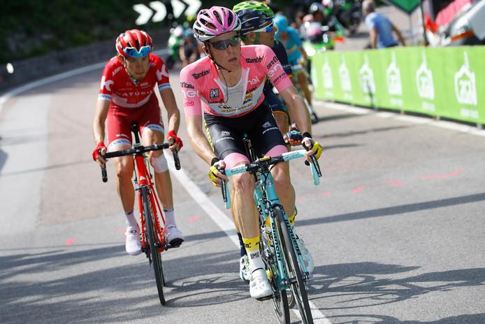 Kruijswijk in de Giro van 2016 in de roze leiderstrui.