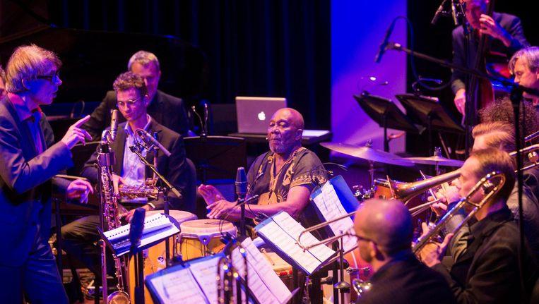 Koselleck dirigeert zijn combinatie van big band, bazuinkoor en drummer Ayivor tijdens een optreden in het Bimhuis. Beeld Maarten Brante