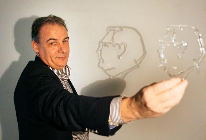 Marcel van Bussel met het silhouet van de nieuwe trofee die hoort bij de titel raadslid van het jaar.