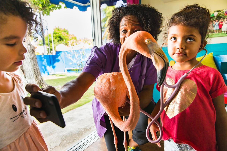 Odette Doest leert peuters hoe ze de hartslag van Bob de flamingo kunnen horen.