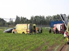 Auto belandt in maïsveld naast A15, twee inzittenden naar ziekenhuis