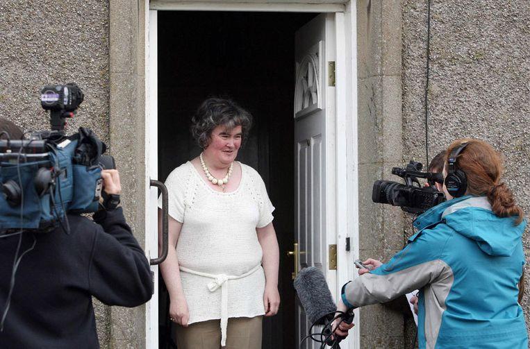 Susan Boyle, de wereldberoemde zingende huisvrouw, staat de media te woord bij haar huis in het Schotse Blackburn. Foto AP Beeld