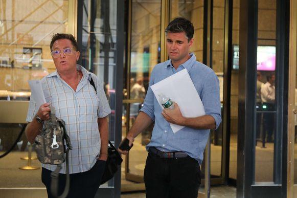 Ontslagen werknemers verlaten de bank in New York met een witte enveloppe.