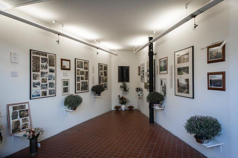In de herdenkings-ruimte hangen krantenknipsels over de Bijlmerramp en portretten van de slachtoffers Beeld Dingena Mol