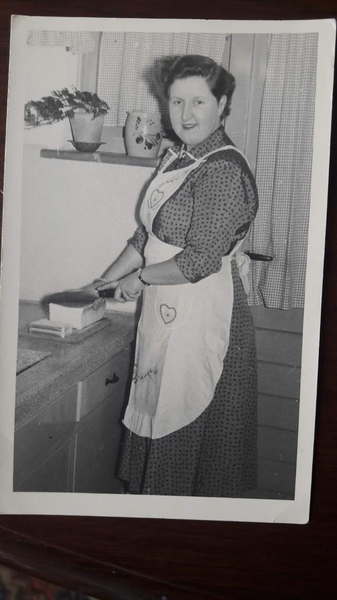 Mieke Dierckx achter haar fornuis in de jaren vijftig. Het is haar vroegste foto.