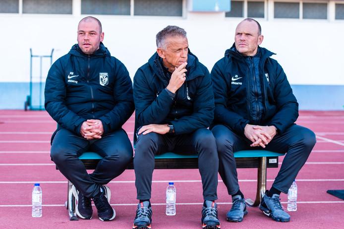 De technische staf van Vitesse: assistent-coach Nicky Hofs, hoofdtrainer Edward Sturing en assistent Joseph Oosting op de bank voor het duel met Servette Genève.