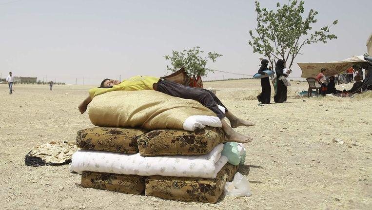 Een jongen rust uit na zijn vlucht uit Manbij. Beeld afp