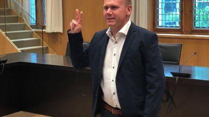 Dries Delannoy (Open Vld) legt eed af als lid van het bijzonder comité voor de sociale dienst in Poperinge