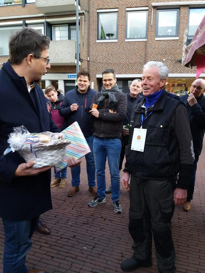 Wethouder Bert Tijhof van Rijssen-Holten bedankt marktkoopman Harry Diek bij zijn afscheid van de Rijssense warenmarkt.