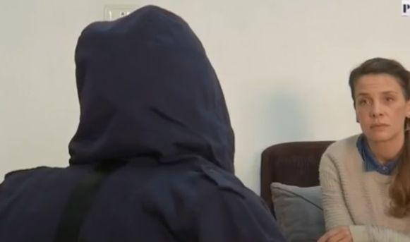 De 50-jarige Sarah, die haar dochter achterna reisde, in gesprek met de reporter van BFMTV.
