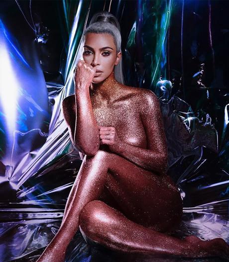 Blote Kim Kardashian laat zich volledig  insmeren met  lipgloss