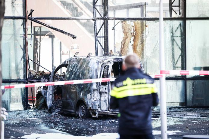 Een auto is de voorgevel van dagblad De Telegraaf binnengereden. Daarna is hij in brand gevlogen.