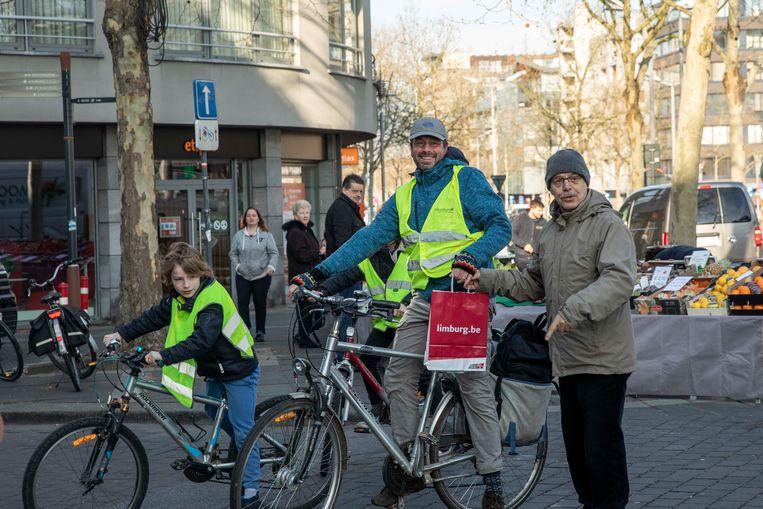 """Ook Rutger Barendse en z""""n twee kinderen Luc en Hanne kregen applaus van de Genker fietsbond omdat ze het aandurven om op een drukke en gevaarlijke rotonde aan de Place Misère te fietsen."""