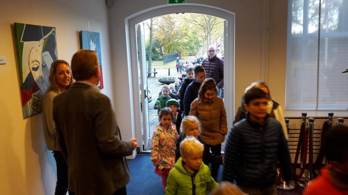 De kinderen van basisschool J. Henri Dunant worden in het gemeentehuis van Aalburg welkom geheten door wethouder Schreuders. In de deuropening voorzitter Goof van Rijswijk van de medezeggenschapsraad.