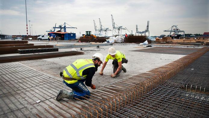 Betonvlechters zijn druk bezig met de aanleg van het nieuwe terrein van containeroverslagbedrijf MRS.