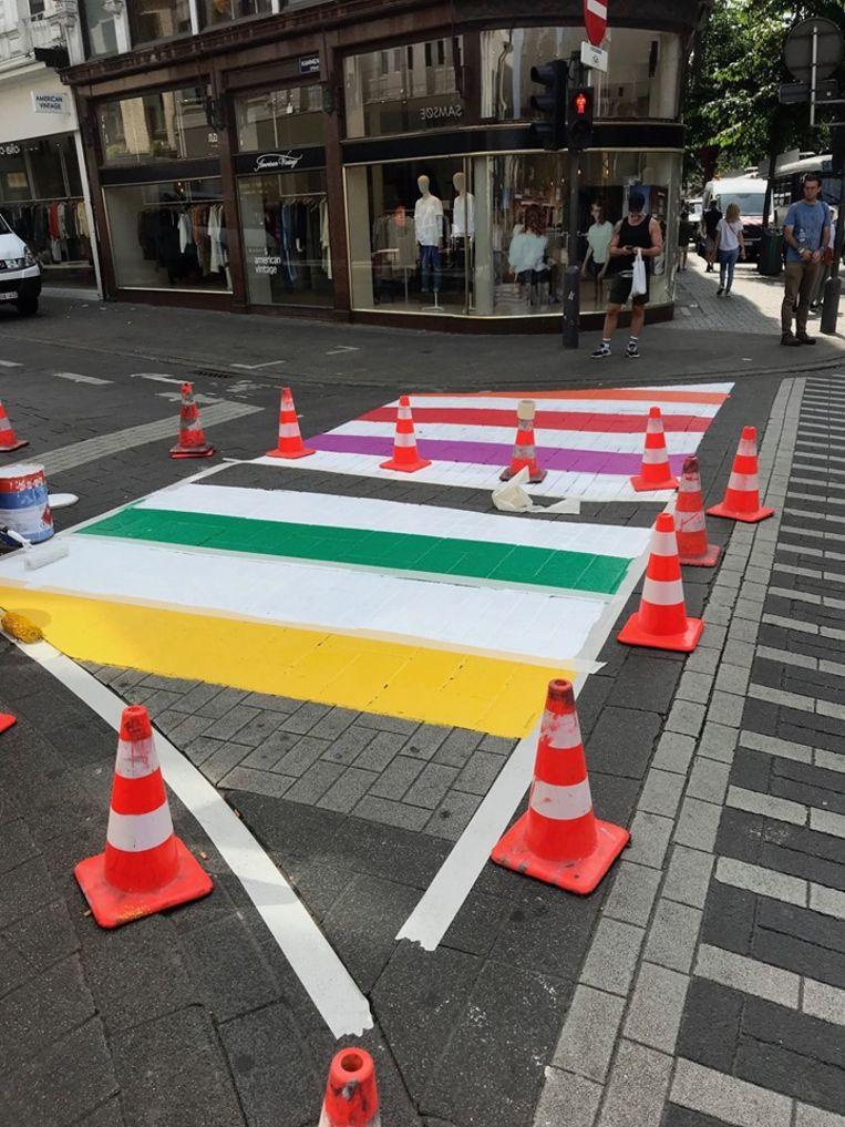 In de Nationalestraat heeft het zebrapad de kleuren van de regenboog gekregen.