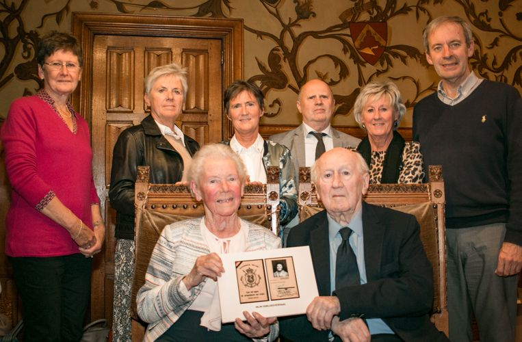 Théa Verspecht en haar man Edmond Thuy, met hun vier kinderen, burgemeester Lieven Dehandschutter (rechts) en Marcella Piessens (links), die haar verhaal optekende.