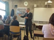 Burgemeester Rabelink staat een paar uur voor de klas