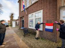 Familie gefusilleerde burgemeester Roege blij met gedenkplaat aan muur gemeentehuis