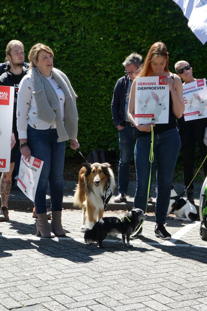 Demonstranten brachten hun eigen hondjes mee naar de protestactie tegen honden- en kattenproeven die achter de gevel van Charles River in Den Bosch gebeuren.