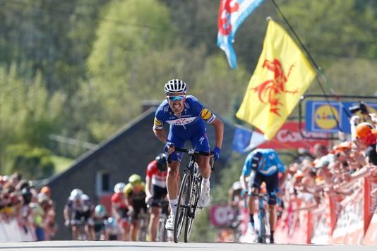 Julian Alaphilippe sprint naar de overwinning op de Muur van Hoei.