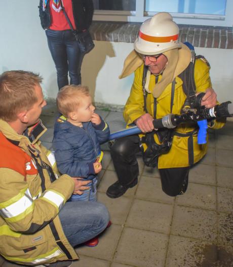Brandweerman Jan neemt na 43 jaar afscheid en 'redt' Nieuwegeinse burgemeester