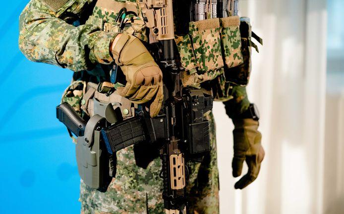 Een militair in moderne uitrusting tijdens de presentatie van de Defensievisie 2035