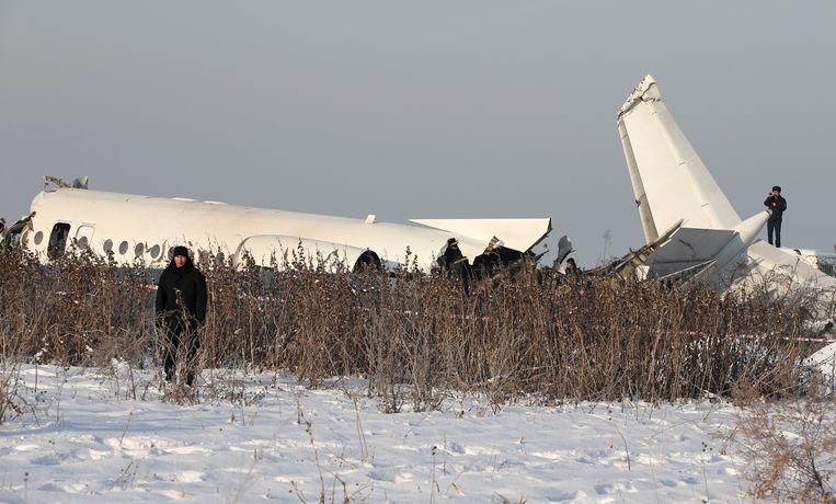 Het wrak van het gecrashte vliegtuig in Almaty, Kazachstan.
