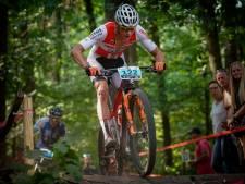 Van der Poel dendert op mountainbike gewoon door; wint start van wereldbekerseizoen
