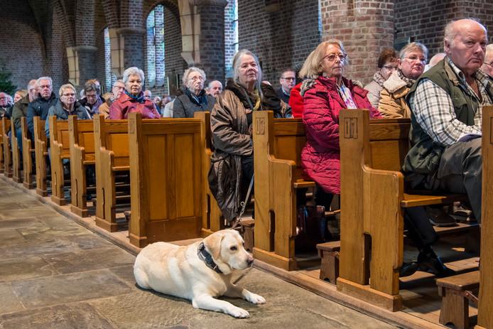 De Hubertusviering: een keer per jaar mogen honden de dienst bijwonen in de Heilige Blasiuskerk in Beckum.