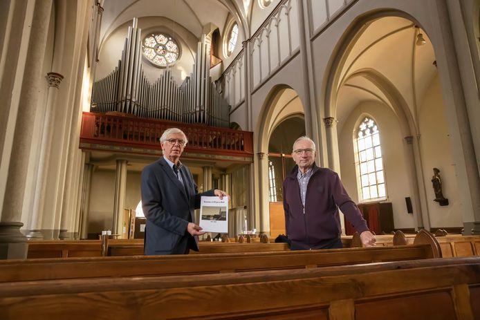 Auteur Julien Mariman en Cor Knoop (oprichter heemkundekring) in de Bernarduskerk in Made.
