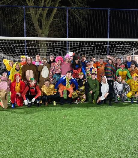 Carnavalstraining voor voetballers SC Valburg: Amy Winehouse en Kabouter Plop werken af