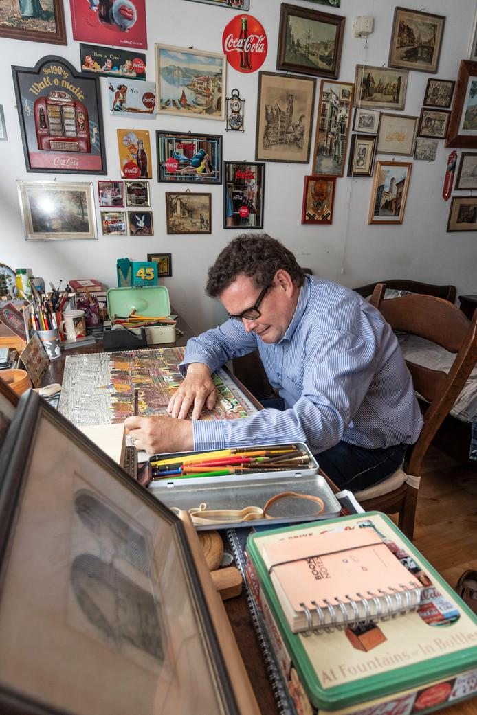 Michiel Coolen woont begeleid in Asten en mag met zijn schilderijen exposeren in de Hermitage in Amsterdam, Asten.