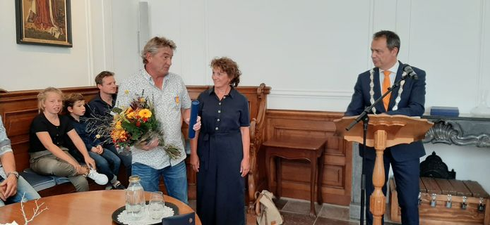 Jaap en Anja Schot en burgemeester Jack van der Hoek in de trouwzaal van het Stadhuismuseum in Zierikzee