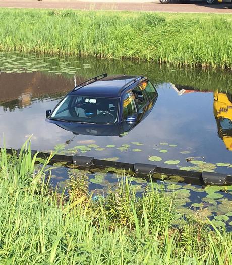 Handrem vergeten: auto rolt water in bij Westerhaar