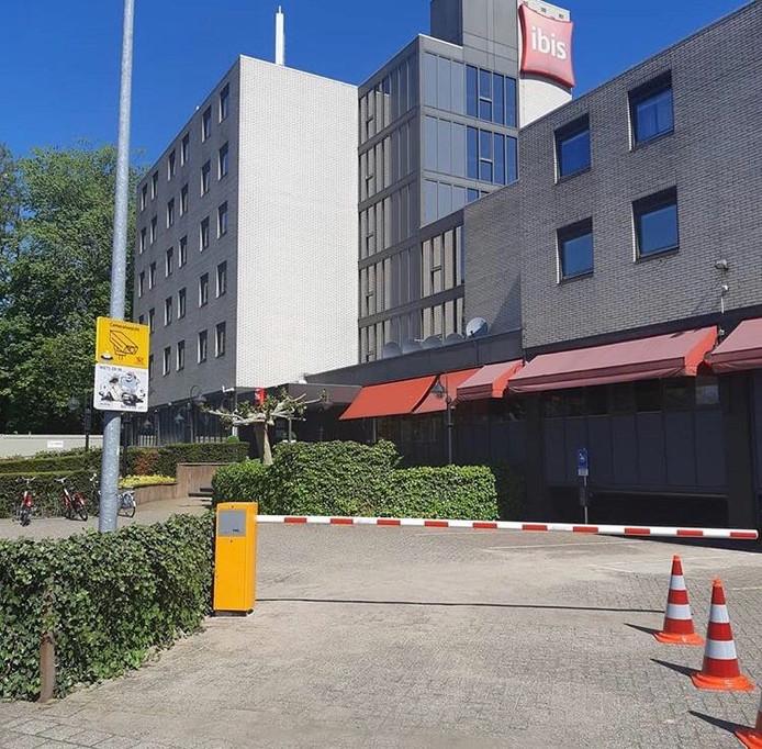 Het Ibis hotel aan de Bizetlaan in de wijk Oog in Al gaat overlast tegen met slagbomen en een camerasysteem.