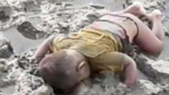 De foto van het levenloze lichaam van Mohammed Shohayet op de oever van de rivier de Naf.
