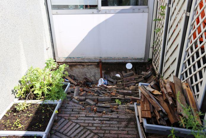 Vijf woningen werden vrijdagavond ontruimd, omdat het gevaar bestond dat de fundering het zou begeven.