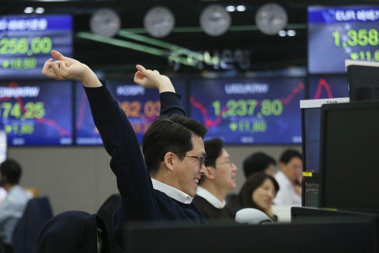 De beurs in Seoel maakte een grote sprong nadat de VS tot een megahulpactie van 2 biljoen dollar voor de economie besloten. Beeld AP