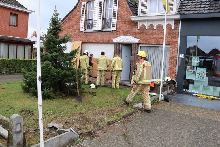 De brandweer kwam de woning afsluiten met panelen.