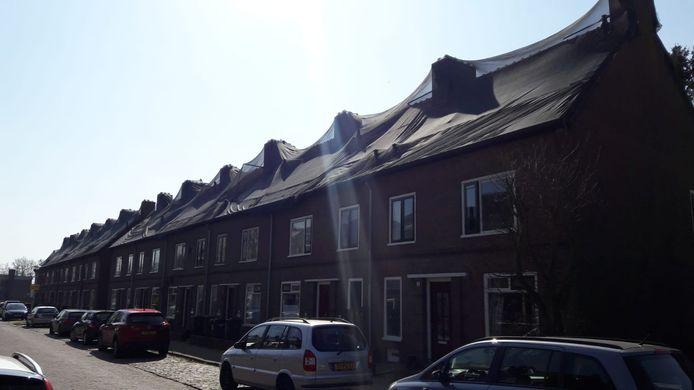 Netten over de daken van woningen in de Valckstraat in Zutphen. Het moet voorkomen dat huismussen zich nestelen in de daken. Vleermuizen zorgen ervoor dat een deel van deze netten weer weg moet.